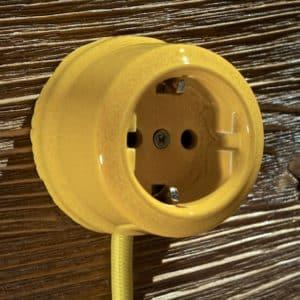 gniazdo elektryczne żółte